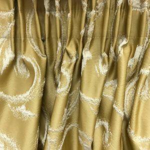 Классические портьеры золотистого цвета на шторной ленте