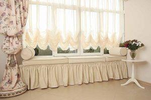 Белые австрийские шторы в гостиной
